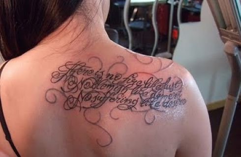Tatuaggi a lettere intrecciate idee glamour per single e for Idee tatuaggi lettere